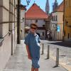 Загреб, Верхний город, на фоне каменных ворот