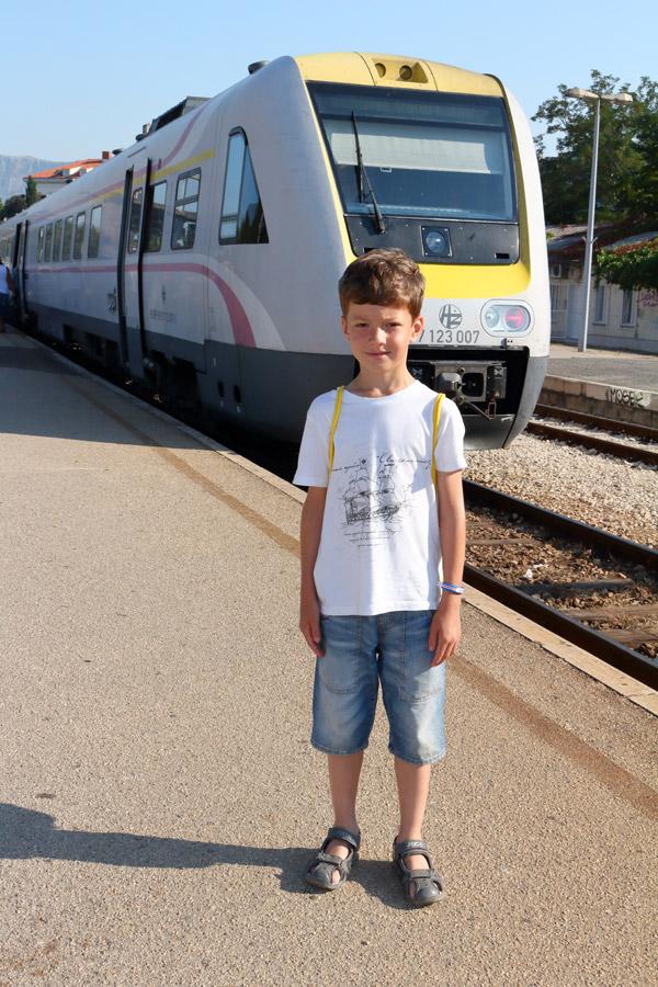 Сплит, железнодорожный вокзал, на фоне поезда до Загреба