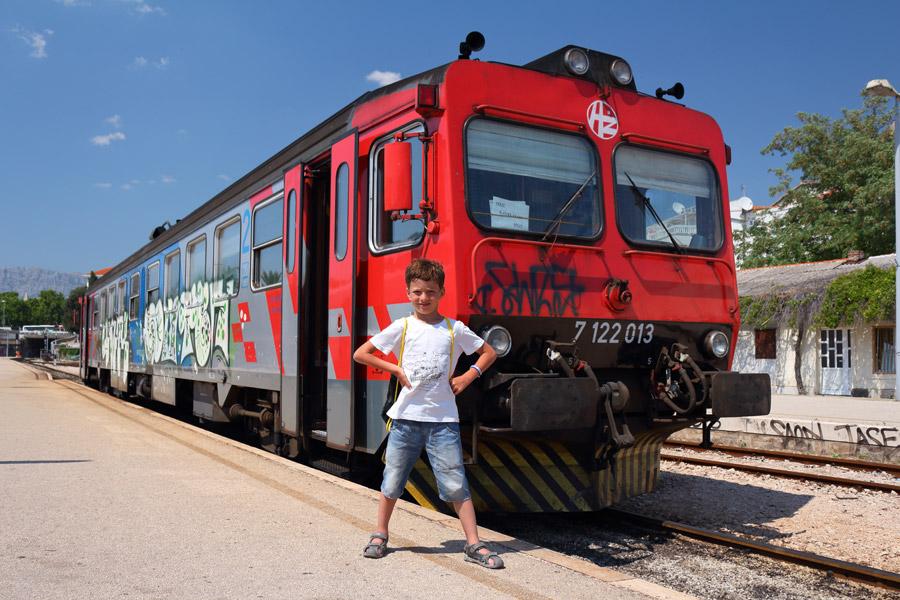 Kastel Stari, железнодорожная станция, на фоне поезда до Сплита