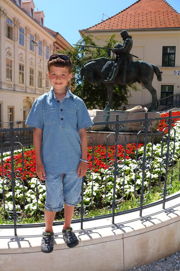 Загреб, Верхний город, на фоне скульптуры св. Георгия